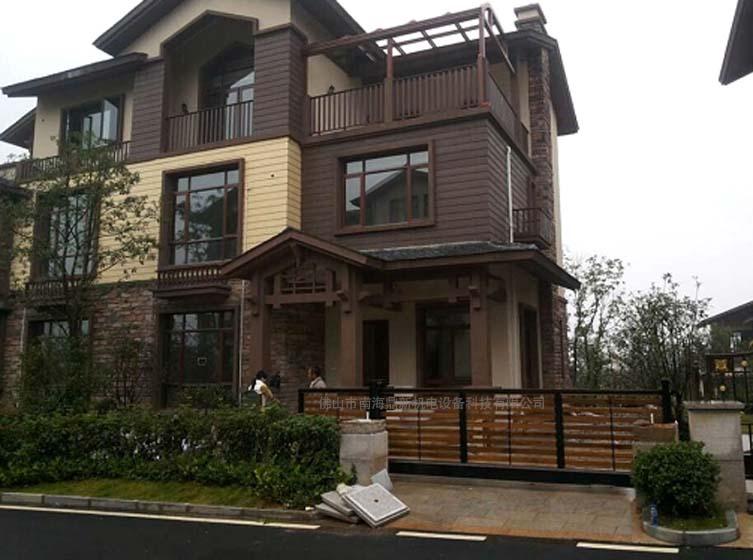 该别墅门采用拼装技术,安全简洁,有浑然天成之美.图片